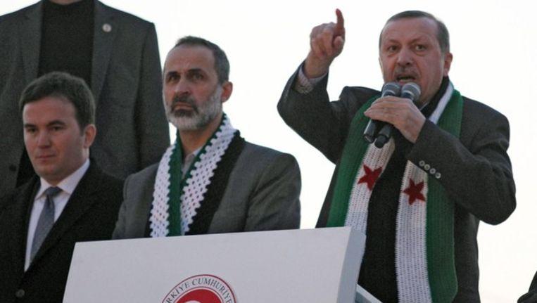 De Turkse premier Recep Erdogan, hier met de leider van de Nationale Coalitie van de Syrische Revolutie. Beeld afp