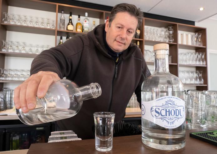 Cees Snijders met zijn Schouwen-Duivelandse gin