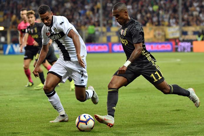 Alessio Da Cruz (l) namens Parma in duel met Douglas Costa van Juventus.