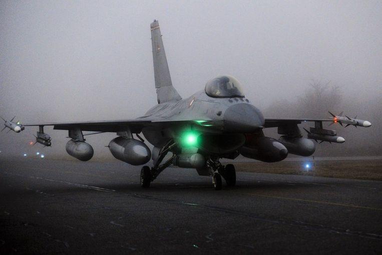 Een (Deense) F16 op een Deense militaire basis. Beeld afp