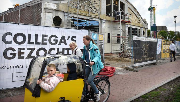 Foodhall Mout opende vorige maand de deuren in Hilversum. Ook de Gooische Bierbrouwerij is gehuisvest in het pand waar ooit een autodealer zat. Beeld Marcel van den Bergh