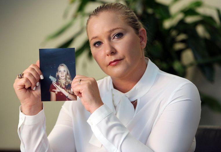 Virginia Roberts met een foto van toen ze zestien jaar oud was. Dat was de leeftijd waarop ze met Epstein in contact kwam.