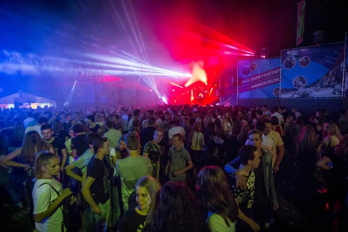 Drukte rondom het Open Air Podium, de centrale plek van het compacte, maar diverse feestterrein.