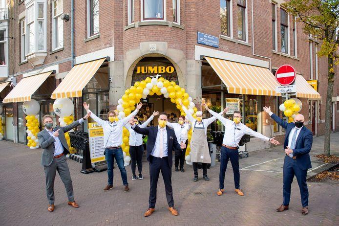 Op gepaste afstand opent filiaalmanager Martijn Vis, samen met directeur Sales & Operations Theo Willemse de nieuwe Jumbo City in Den Haag.