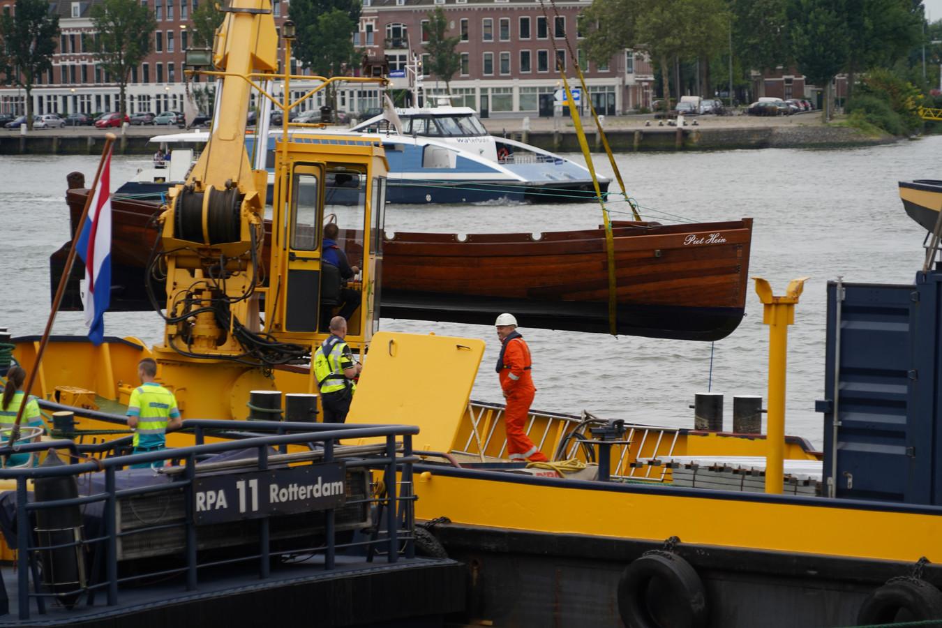 De sloep Piet Hein werd vrijdagmiddag overvaren.