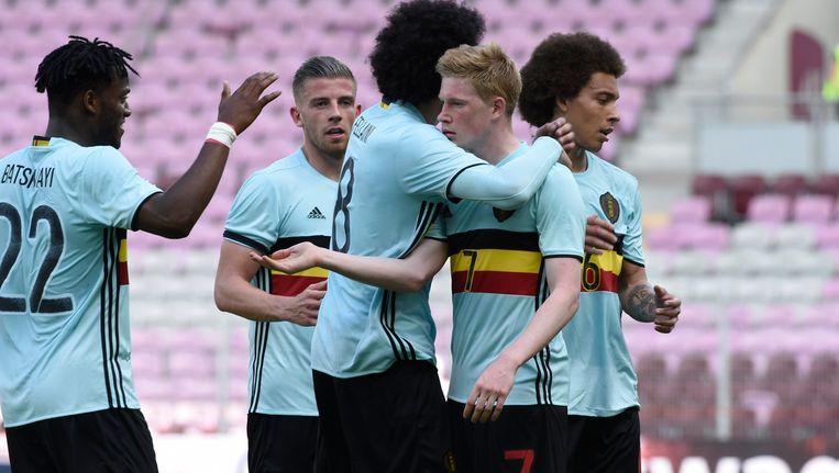 De Bruyne krijgt felicitaties van zijn ploegmakkers na de 1-2.