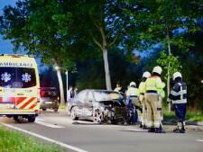 Auto botst tegen busje en klapt op boom in Boxmeer: bestuurder zwaargewond