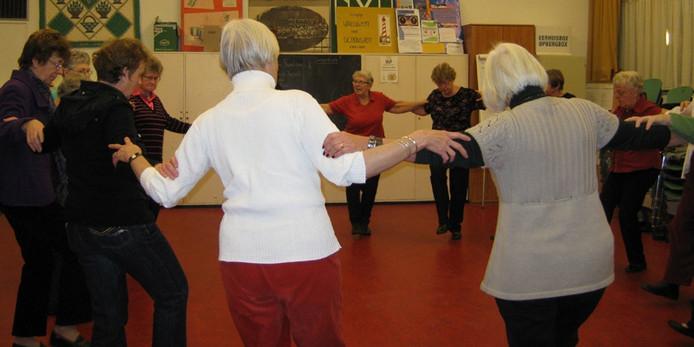 De volksdansers van Amercitia dansen wekelijks in dorpshuis De Schutse in Burgh-Haamstede. archieffoto Nelleke Thielen