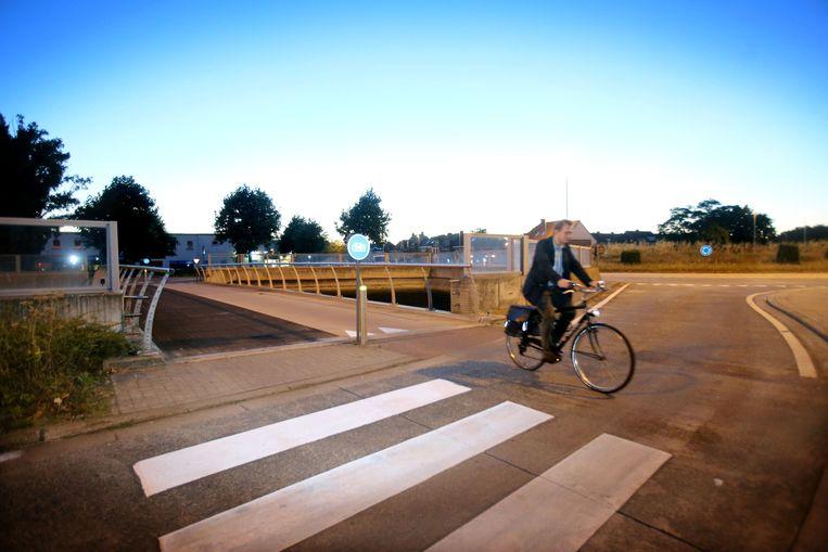 Aan de rotonde op de N31 zijn de fietsers niet goed zichtbaar voor het autoverkeer.