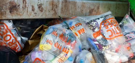 Ophaaldienst 'vergeet' plastic afval in straten Werkendam