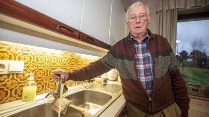 Waterlek? Dan moet je creatief zijn:  rusthuizen wassen bewoners met opgewarmd flessenwater
