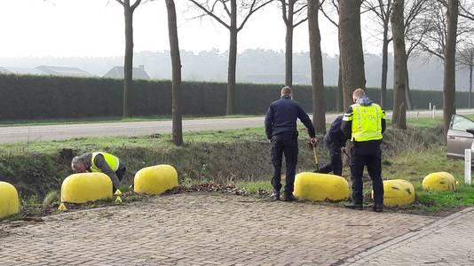 De politie zoekt met metaaldetectors.