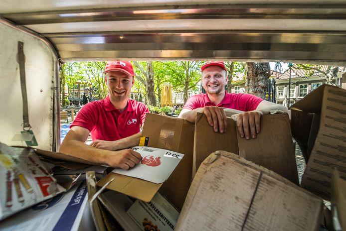 """Tom Ruijmgaart (links) en Dion Blijlevens, 'inzamelhelden' in het centrum van Delft. ,,We krijgen veel positieve reacties."""""""
