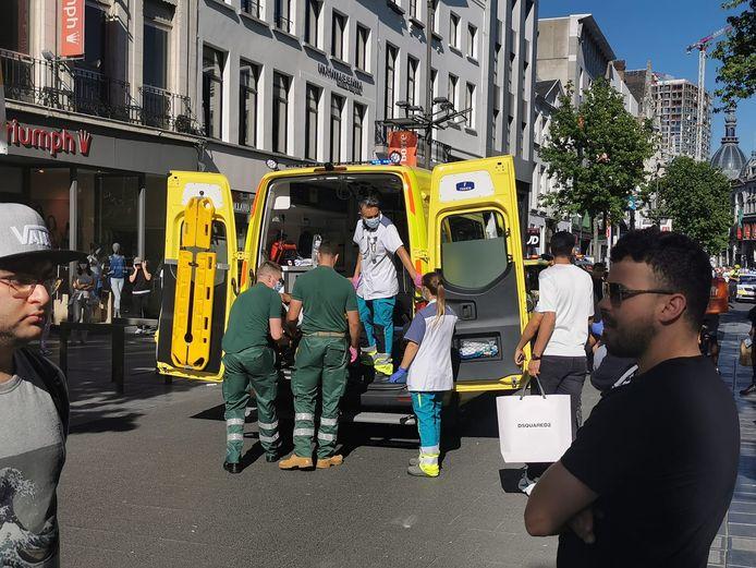 Op de Meir in Antwerpen zijn bij een vecht- en steekpartij in de late dinsdagnamiddag drie gewonden gevallen.