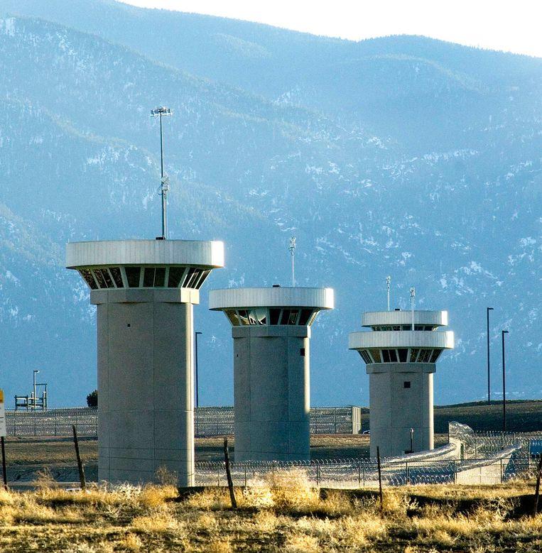 Een beeld van de gevangenis waar El Chapo waarschijnlijk heengaat. De wachttorens staan achter dikke muren met prikkeldraad erop.