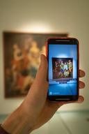 Een augmented reality app scant schilderijen in Museum het Valkhof.