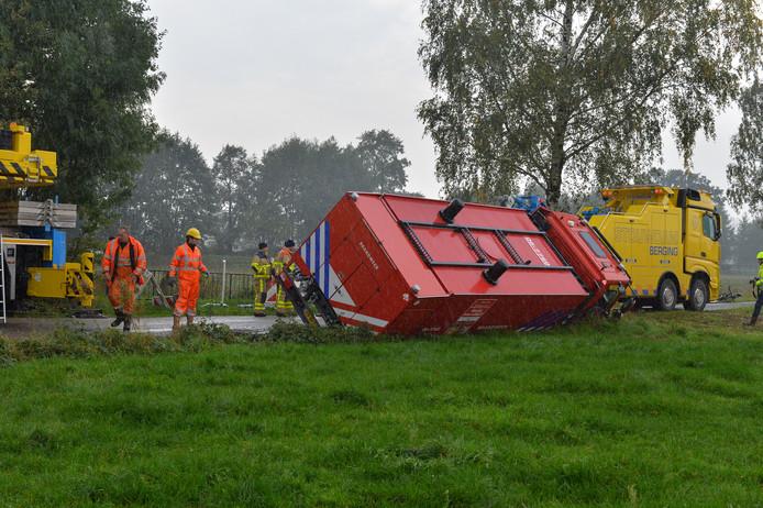 Brandweerwagen in de greppel bij Emst