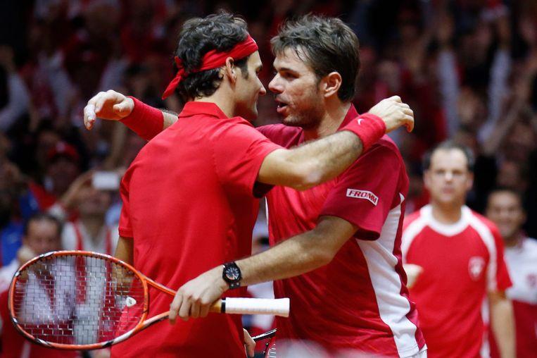 Federer omhelst Stanislas Wawrinka (rechts). Beeld reuters