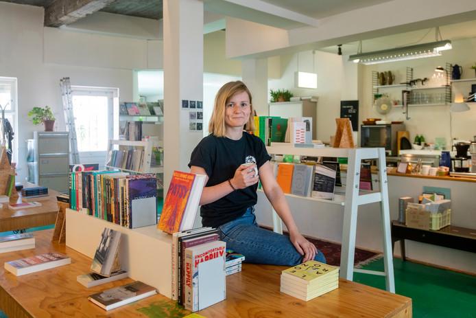 """Eigenaresse Krista Jantowski van Walter Books in Arnhem. ,,Soms ga je weg met een boek waarvan je niet wist dat je het wilde."""""""