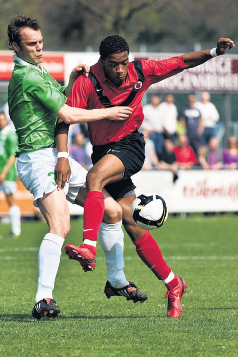 AFC'er Leandro Kappel (rechts) stuit op Kevin Braber van Westlandia. Foto Marcel Israel Beeld