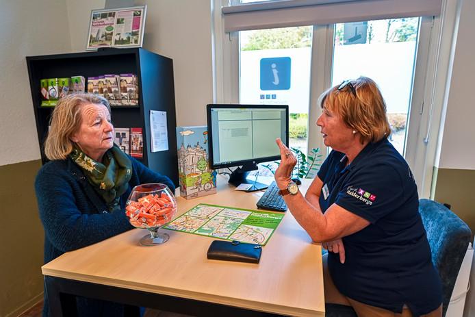 Vrijwilliger Anke Warnaar van Visit Halderberge geeft informatie over Halderberge