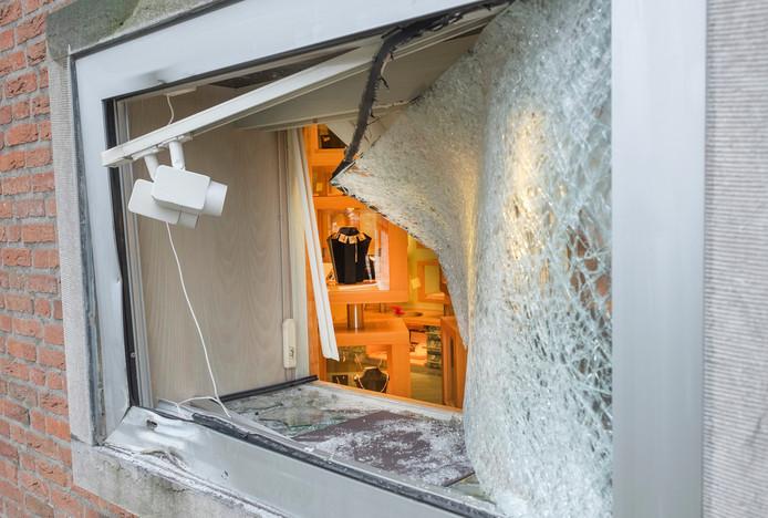 Bij Juwelier Van der Linden aan de Pastoor Jacobsstraat in Sint Hubert is afgelopen nacht een plofkraak gepleegd.