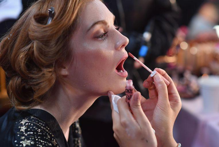 Alexina Graham krijgt een laagje lipgloss.