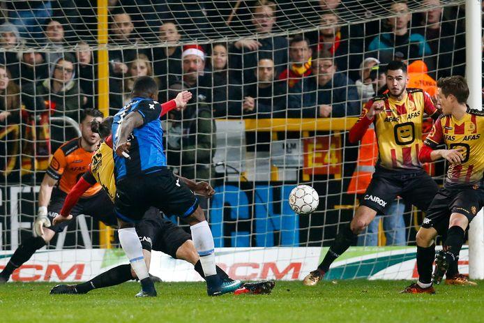 Club-spits Wesley schiet én scoort tegen KV Mechelen.