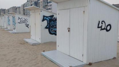 """Strandcabines na één dag al besmeurd met graffiti: """"Wéér schilderen, zo blijven we bezig"""""""