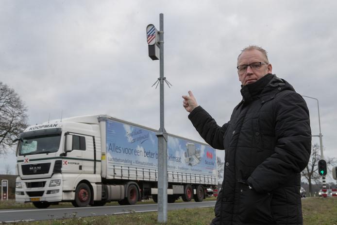 Alfons Schotman van Lips Plus bij de omstreden flitspaal tussen Nijverdal en Wierden