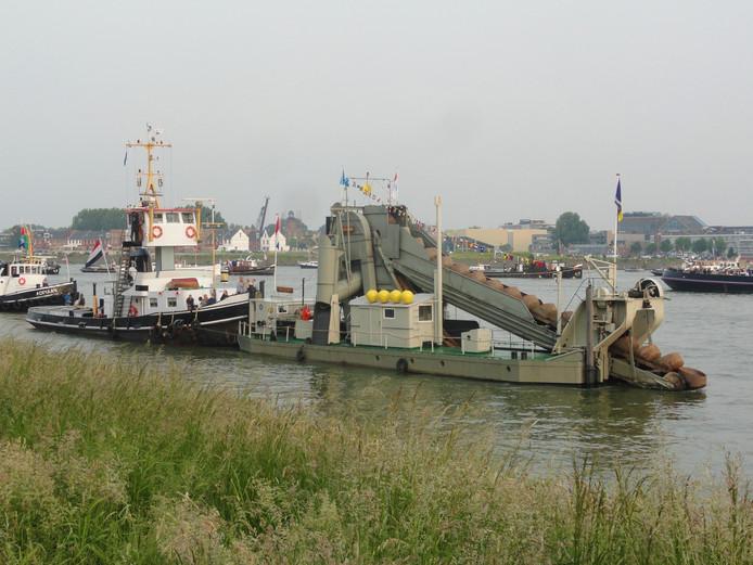 De Friesland is de oudste nog varende stoombaggermolen in Nederland.