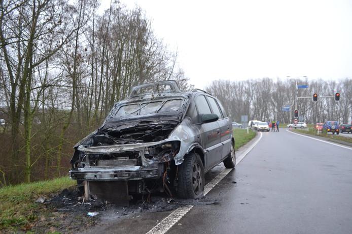 De uitgebrande auto op de toerit naar de N325. Op de achtergrond de Ir. Molsweg.