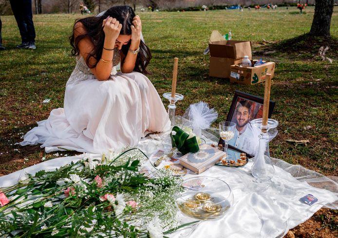 Sara Baluch zit aan het graf van haar geliefde met wie ze normaal een dag eerder had moeten trouwen.
