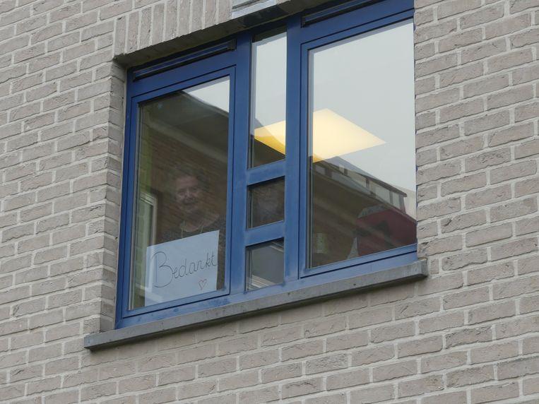 Heel wat bewoners kwamen een kijkje nemen door het raam.