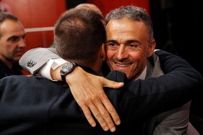 Luis Enrique wordt omhelsd na de persconferentie.