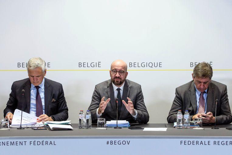 Peeters (l.) samen met premier Michel en minister van Binnenlandse Zaken Jan Jambon vanmiddag op de persconferentie van de regering.