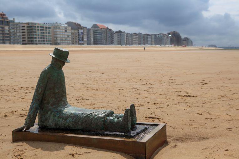 Het bekende beeld moest verplaatst worden, omdat het anders onder het zand dreigde te verdwijnen.