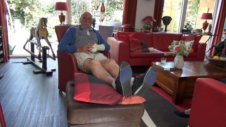 Sjaak (80) van fiets gemept: Meerdere vingers en neus gebroken