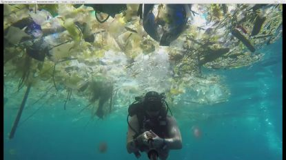 't Is lastig duiken in een zee van afval