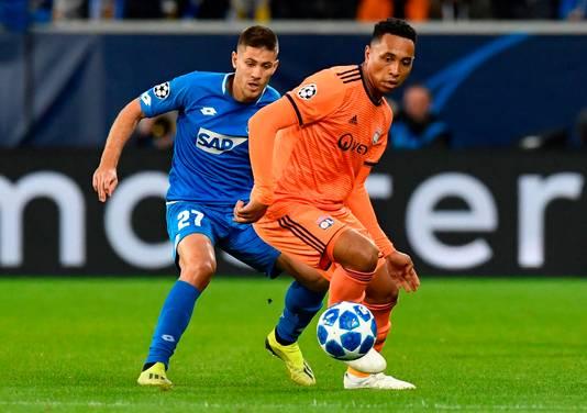 Kenny Tete (r) in duel met Andrej Kramaric van Hoffenheim in de Champions League