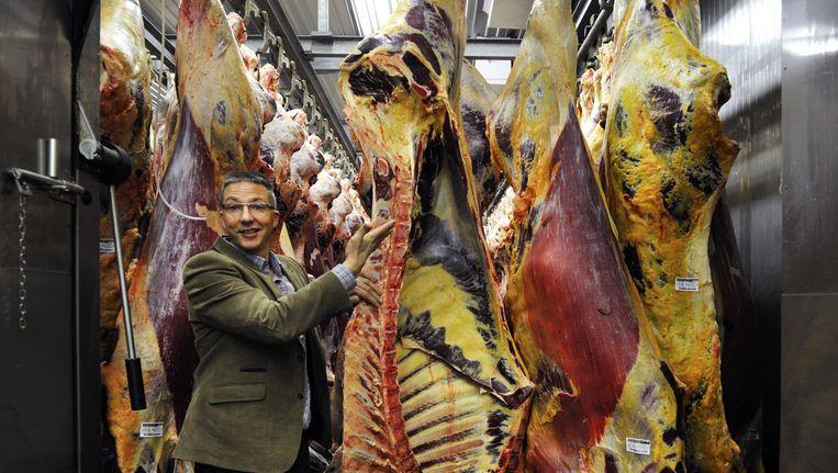 Kwaliteitsmanager Arjen de Ruiter van slachthuis Van Hattem Vlees laat de slachterij in bij de hoofdlocatie in het Gelderse Dodewaard zien. Beeld ANP