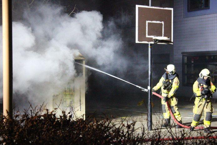 Bij de brand kwam rook vanuit de container.