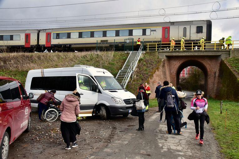 De reizigers werden geëvacueerd en met een minibusje en enkele taxi's naar het station van Kortrijk overgebracht.