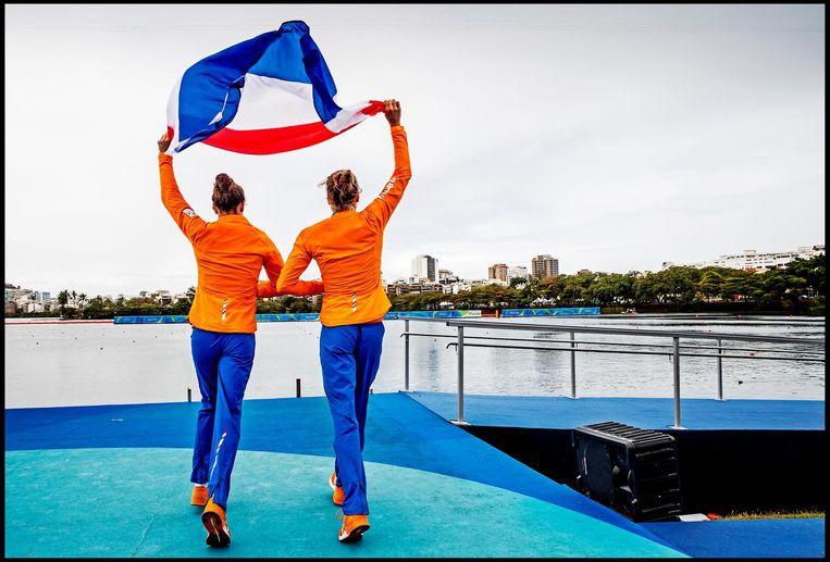 Roeisters Maaike Head en Ilse Paulis vieren hun Olympische titel Beeld Pim Ras
