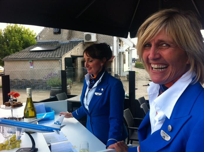 Stewardessen schenken wijn.