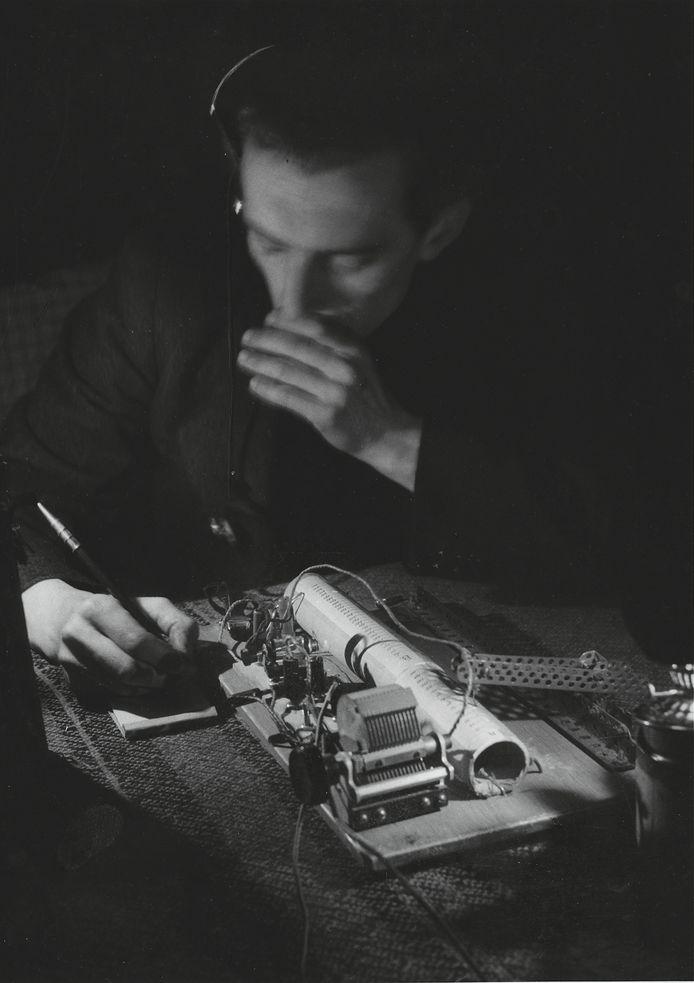 BAARN, 16 MAART 1945 Op 13 mei 1943 vaardigt de bezetter het bevel uit dat alle Nederlanders hun radio moeten inleveren. De Duitsers willen voorkomen dat er naar verboden radiostations als Radio Oranje en de BBC geluisterd wordt. Nederlanders zouden tegen hen worden opgehitst via de uitzendingen van deze zenders. De massale deelname aan de april-meistakingen van twee weken eerder kon volgens de Duitsers hierdoor verklaard worden. De Nederlanders die besluiten toch een radio te behouden, lopen het risico op zware straffen. Op de foto is een man in Baarn bezig berichten van Radio Oranje over te nemen. Deze informatie wordt vervolgens via illegale krantjes in de omgeving verder verspreid. Hij maakt gebruik van een kristalontvanger, een van de eenvoudigste uitvoeringen van een radio-ontvanger. Landelijk werden per honderd inwoners 9,1 radiotoestellen ingeleverd. Naar schatting kwam een kwart van de Nederlanders niet tegemoet aan de inleverplicht.