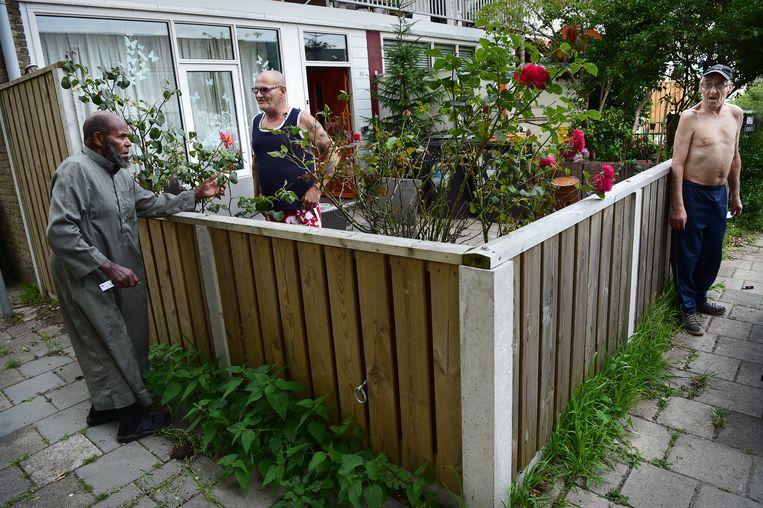 Bewoners maken een praatje in Tilburg-Noord. Beeld Marcel van den Bergh / de Volkskrant