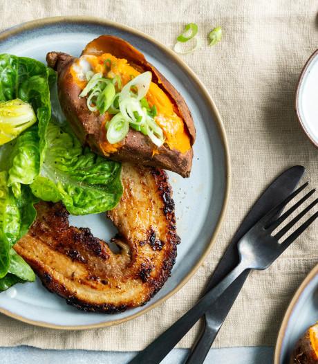 Wat Eten We Vandaag: Rodecurryspeklapjes met gepofte zoete aardappel en little gem