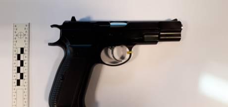 Politie Winterswijk treft wapen, pepperspray en wiet aan: 1 arrestatie