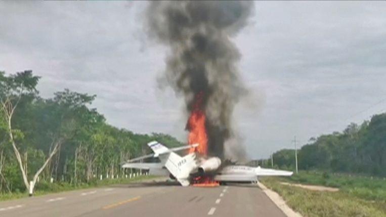Na de noodlanding werd de jet door de bemanning in brand gestoken.